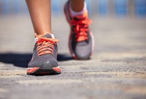 mengecilkan perut buncit dengan cepat, jalan cepat, jogging