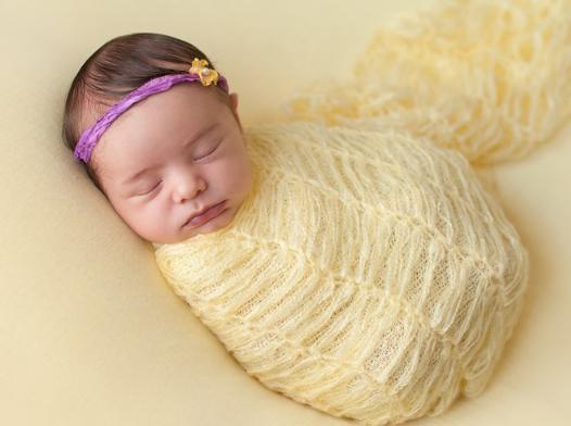 manfaat bedong bayi untuk mencegah bayi terbangun karena terkejut