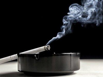 mencegah sakit tenggorokan saat puasa dengan berhenti merokok