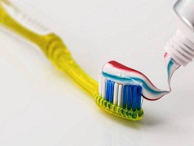 menghilangkan bau mulut saat puasa dengan sikat gigi