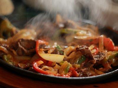 penyebab sakit tenggorokan saat puasa makan makanan yang terlalu panas