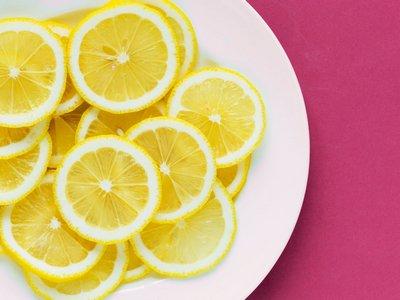 lemon dan scrub gula untuk mengatasi wajah kering dan bersisik secara alami