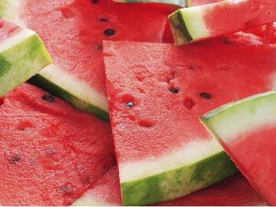 semangka untuk mengatasi wajah kering dan bersisik secara alami