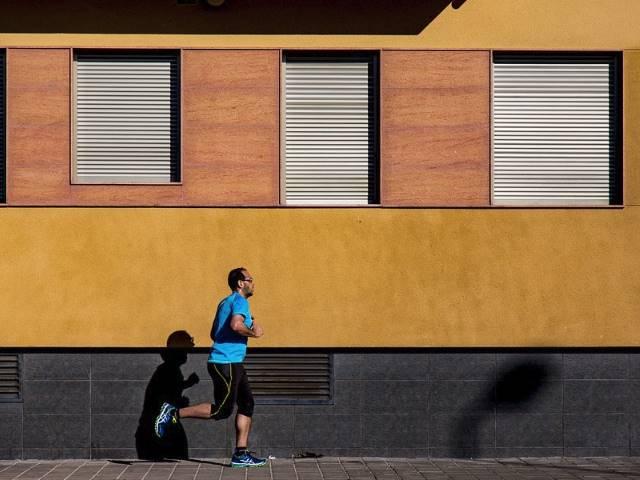 Benarkah Lari di Siang Hari Bisa Membakar Lemak Lebih Cepat?