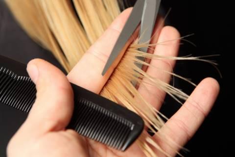 menghilangkan rambut bercabang dengan memotong ujung rambut