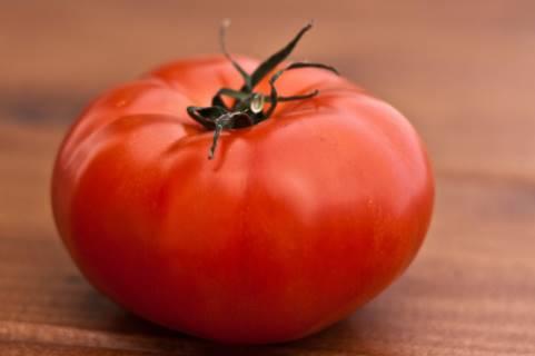 tomat untuk mengatasi wajah belang secara alami