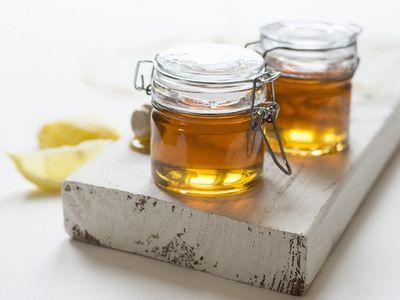Manfaat madu sebagai exfoliator untuk mengelupaskan sel kulit mati pada bibir