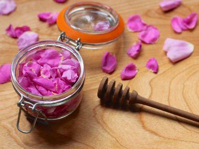 madu susu dan mawar untuk bibir kering pecah pecah