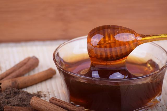 manfaat mengoleskan madu pada wajah sebelum tidur