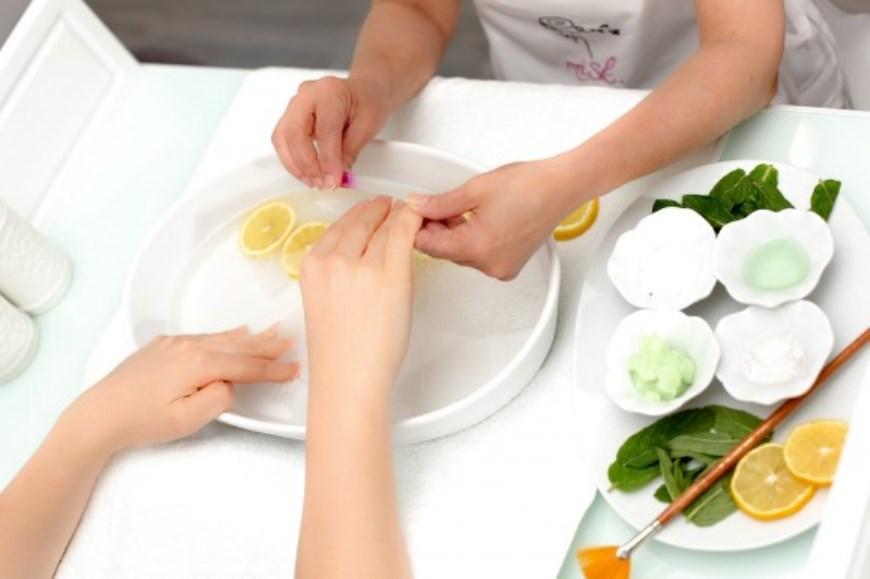 cara alami memutihkan kuku tangan